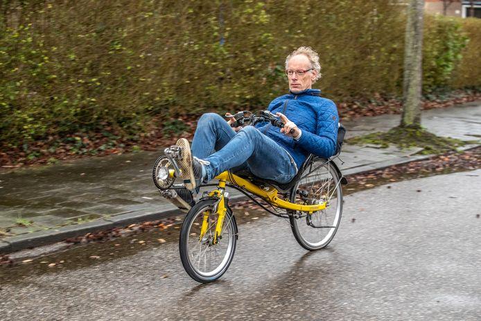 De man en zijn ligfiets; Edwin Koster geniet van zijn vrijheid als fietser. ,,Zwolle ligt er goed bij, we mogen dankbaar zijn. Maar met al die rondslingerende fietsen in het stadshart blijft 't een chaos.''