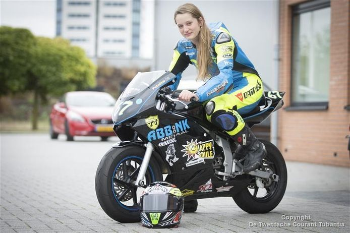 Mieke Abbink (13) op haar motor. Ze racet tussen de jongens
