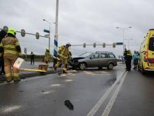 Auto botst op lichtmast, inzittenden gewond