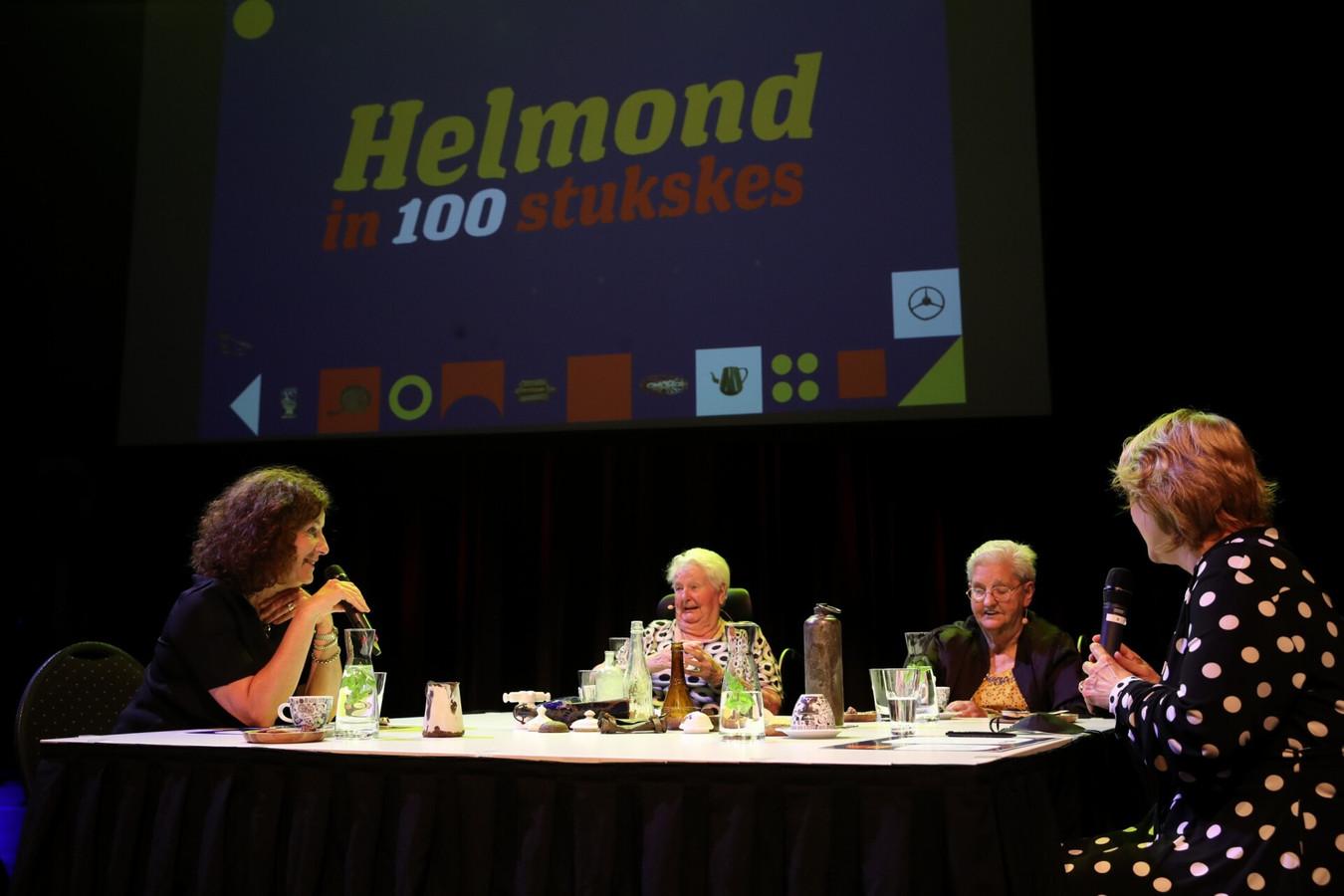 Minister Ingrid van Engelshoven (l) is woensdag in Helmond voor het project Helmond in 100 stukses, vuilnis met verhalen. Hier is ze in gesprek met mevrouw Heesmans en mevrouw Meeuwsen. Rechts wethouder Antoinette Maas.