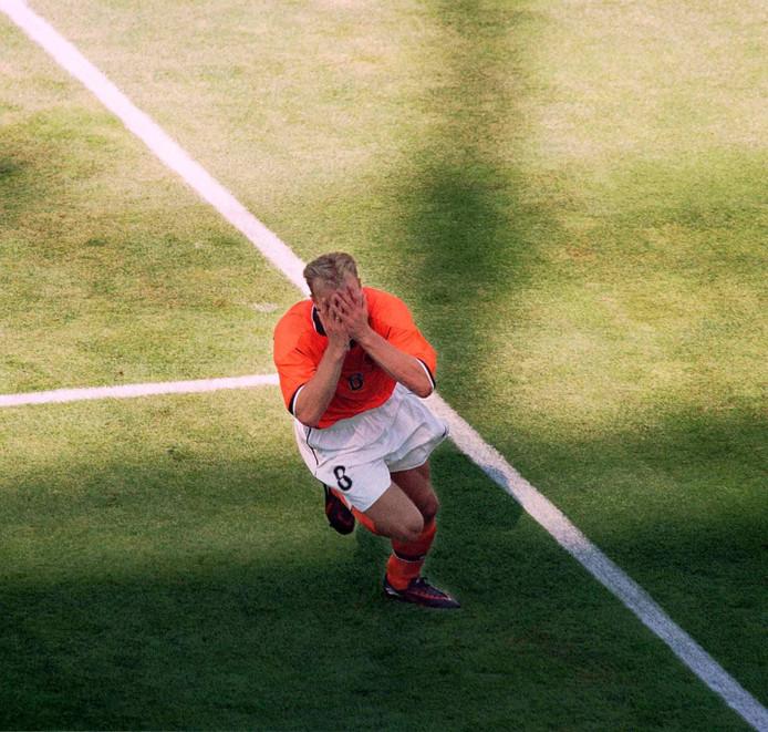Bergkamp maakt een doelpunt in de WK-wedstrijd Nederland- Argentinië in 1998