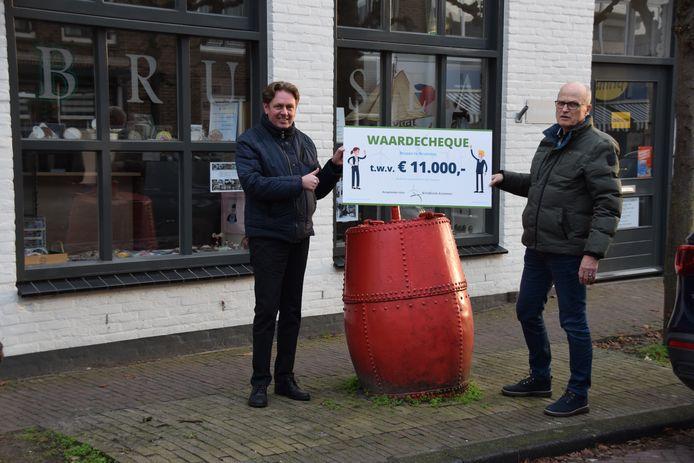 Brusea krijgt 11.000 euro voor een nieuwe buitenkeuken. Voorzitter Martin van Dommele en penningmeester Cor Giljam tonen trots de cheque.