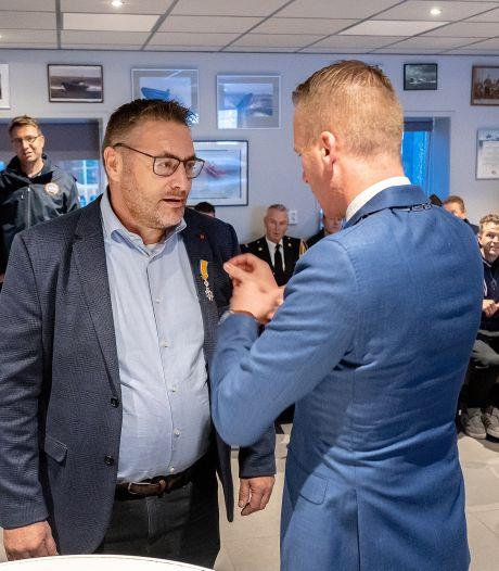 KNRM-schipper ontvangt koninklijke onderscheiding na ruim dertig jaar reddingswerk