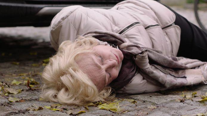 Marianne (Leah Thys) roerloos op de grond na het ongeval in 'Thuis'.