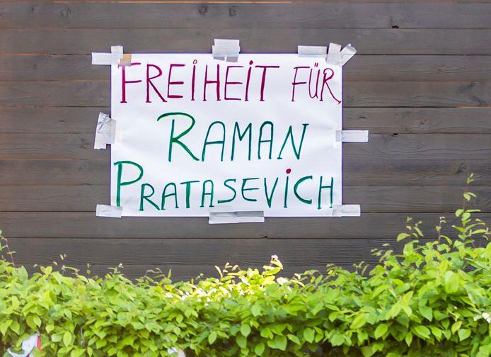 In Berlijn is deze boodschap op een muur van de Wit-Russische ambassade geplakt.