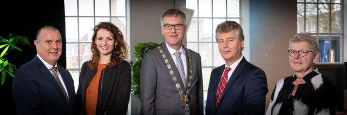 Het college van Oisterwijk (vlnr): wethouder Dion Dankers (PGB), wethouder Stefanie Vatta (partijloos), burgemeester Hans Janssen, wethouder Peter Smit (Algemeen Belang) en gemeentesecretaris Ineke Depmann
