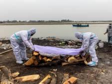 Des dizaines de corps présumés morts du coronavirus s'échouent sur les rives du Gange