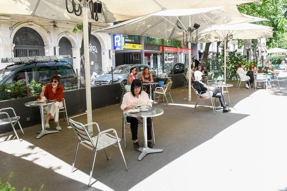 Onder meer in Barcelona mogen terrassen sinds gisteren weer mensen bedienen aan de helft van de capaciteit, tot vreugde van café-uitbaters. Het blijft toch even wennen.