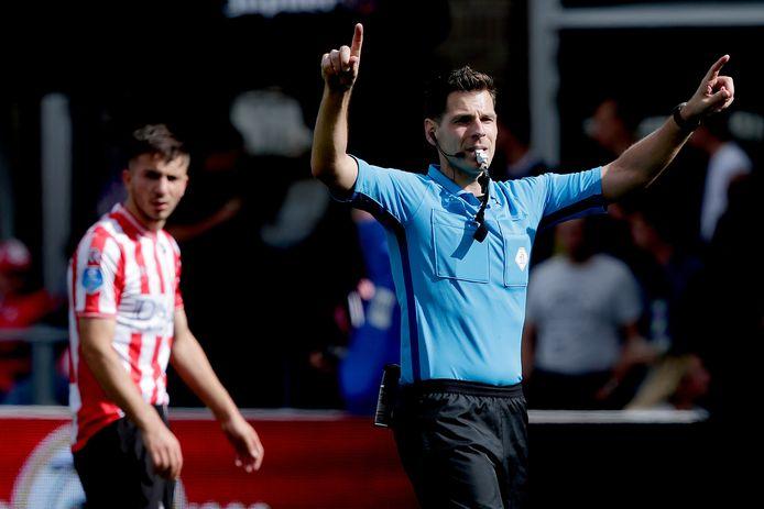 Jochem Kamphuis fluit vrijdag de weer in ere herstelde derby tussen FC Twente en Heracles.