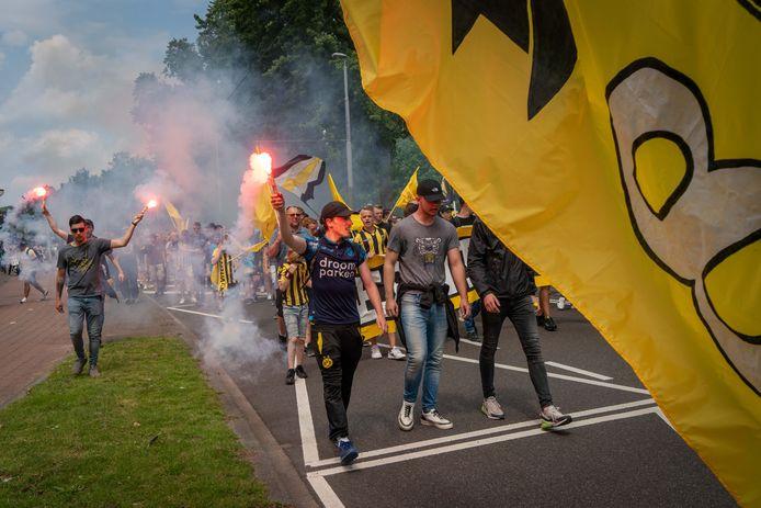 De supporters van Vitesse, hier bezig met de mars tussen Monnikenhuize en Gelredome, kijken altijd uit naar transfers. De Fransman Romaric Yapi is op weg naar de Arnhemse club.