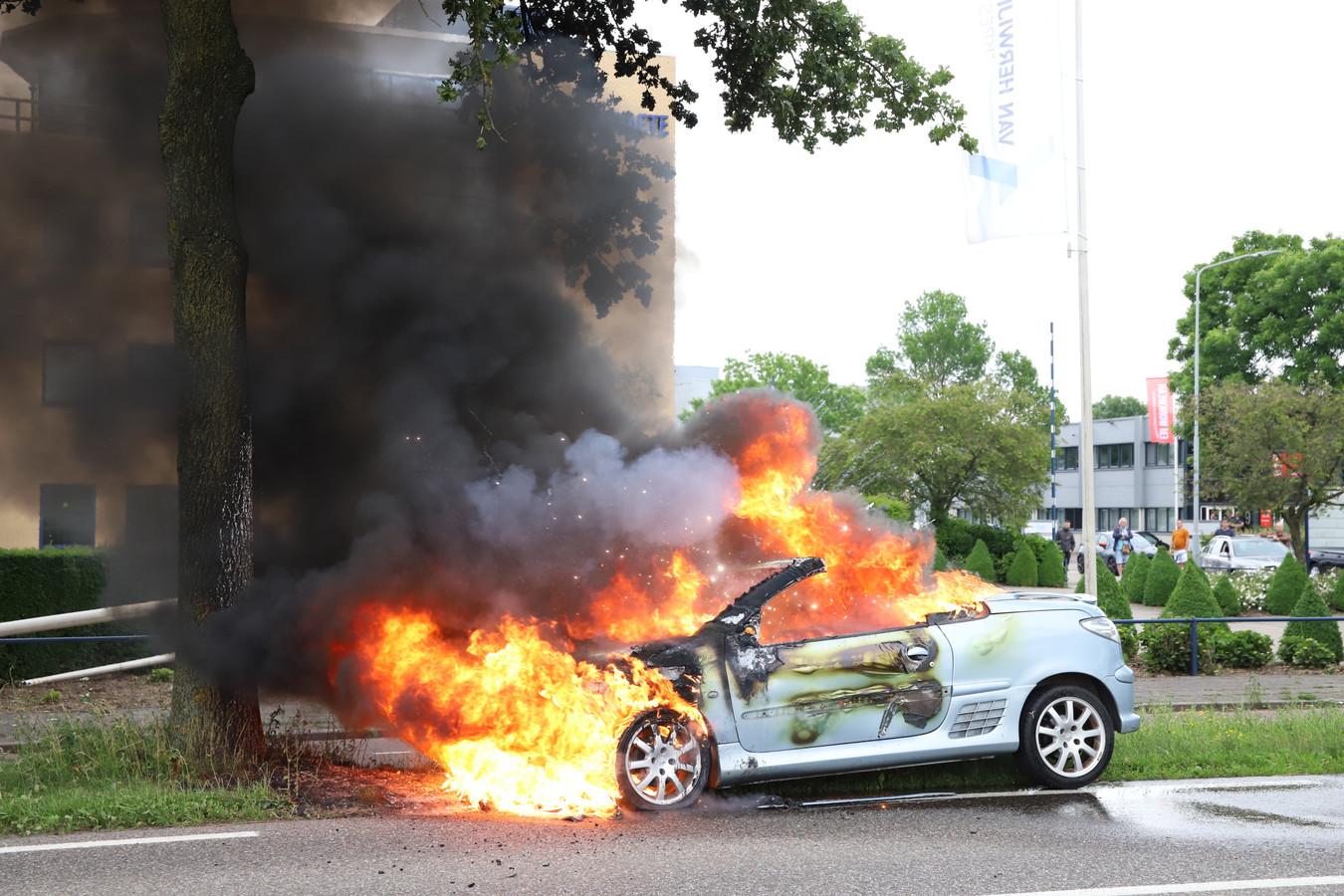 De auto vloog in brand op de Industrieweg in Tiel.