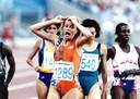 Ellen van Langen wint  goud op de 800 meter tijdens de Olympische spelen van 1992 in Barcelona.