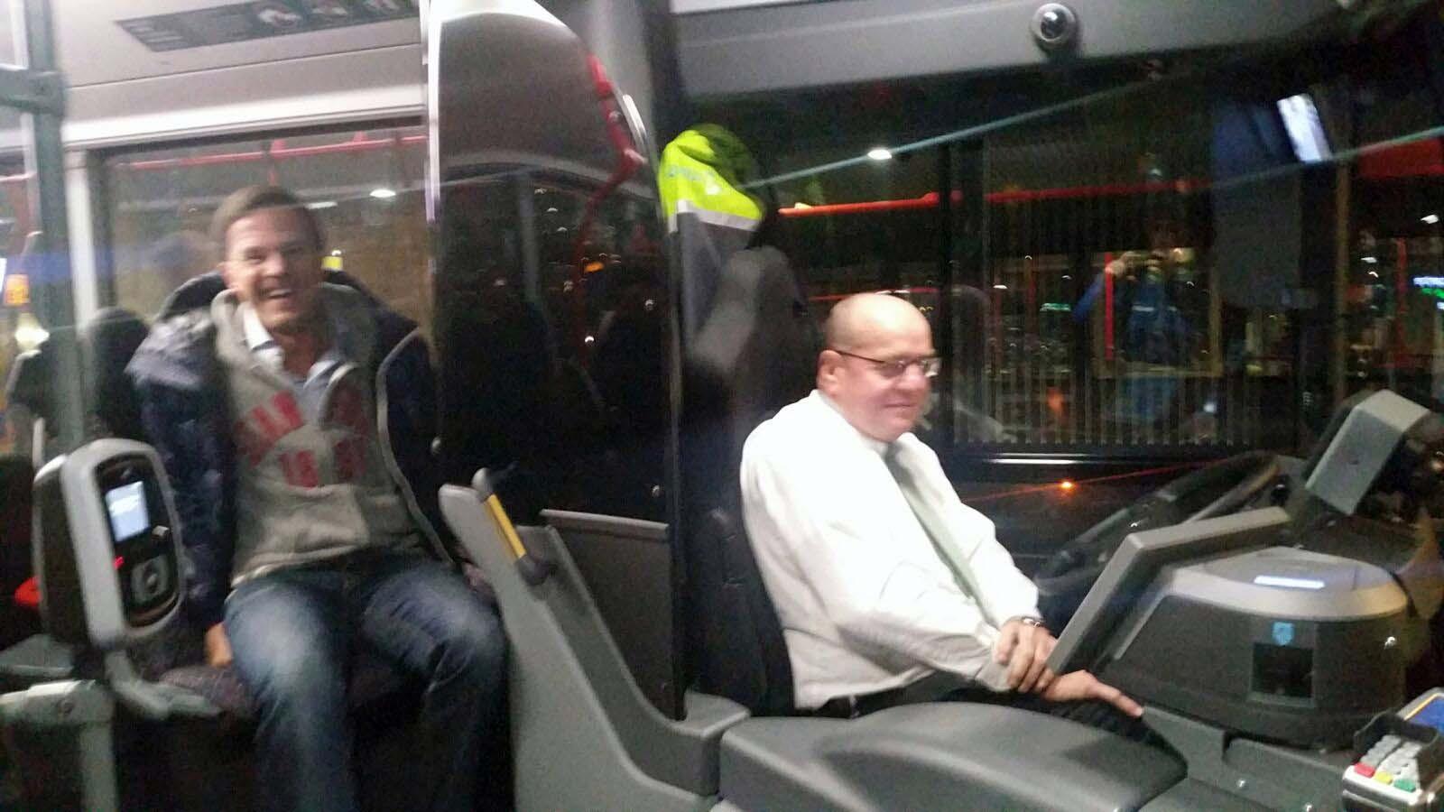 Mark Rutte in de bus bij Fred Teeven