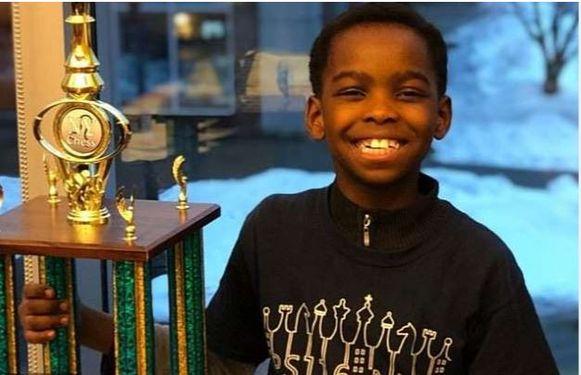 Tanitoluwa met zijn trofee. Hij wil de jongste schaakgrootmeester ooit worden én hij wil dat zijn gezin in de VS mag blijven nadat ze terreurgroep Boko Haram in Nigeria ontvluchtten.