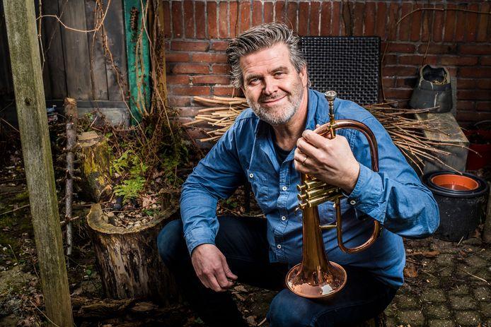 """Jan Wessels met een bugel. """"Het geluid van een bugel is warm en omfloerst. Ik hoop nog steeds om dat op de trompet te benaderen."""""""