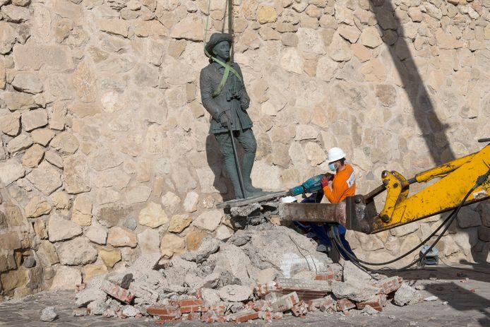 Het beeld herdenkt de rol van Franco als commandant in de Rifoorlog.