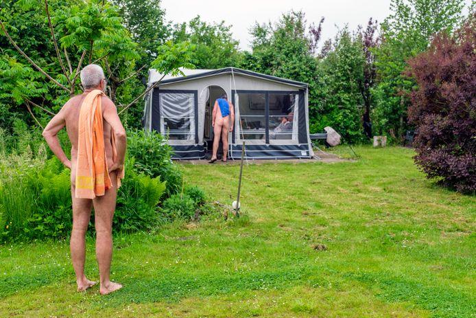 Open dag op naturistencamping De Wilgenborgh in Waverveen. Dirk van Amen (links, 60) staat al op de camping sinds begin mei samen met zijn vrouw. Hij is al 34 jaar naturist. Ook op de foto: Wim Henzen (57) is al zijn hele leven onbewust naturist, maar sinds 9 jaar lid van de NFN.