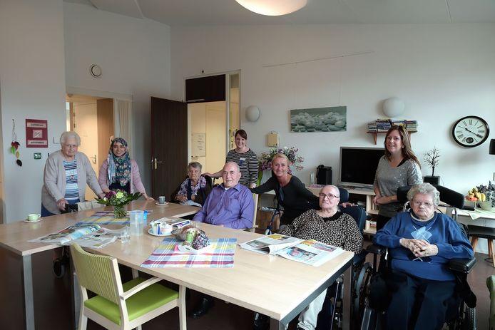 In de huiskamer van Laantje 7 in het Roosendaalse Sint Elisabeth, waar doorgaans zes bewoners thuis zijn. In het midden Janus van Doormaal,  met rechts naast hem zijn favoriete 'zuster' Mariska Tempelaars.