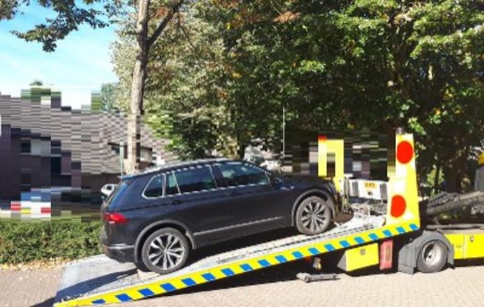 De politie neemt een auto in beslag in het onderzoek naar twee verdachte drugshandelaren uit Nuenen