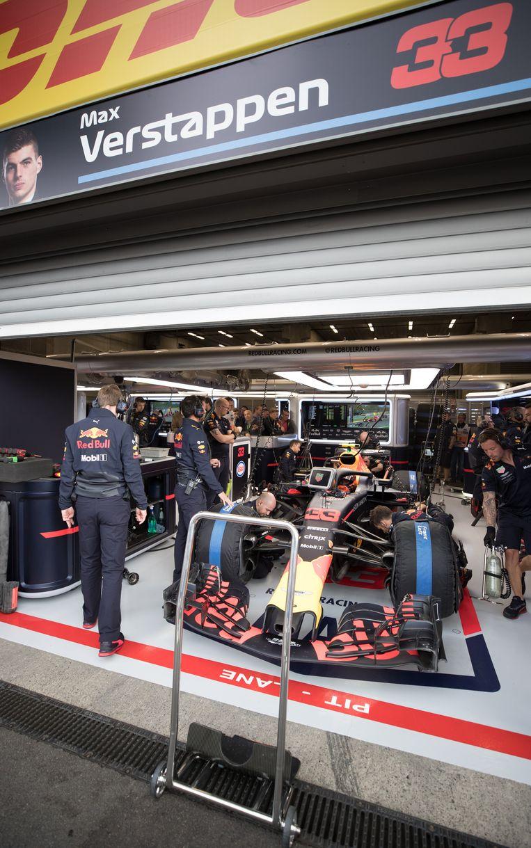 De Red Bull van Max Verstappen wordt nagekeken in de paddock in Francorchamps. Beeld BELGA