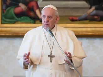 Paus snoeit in lonen van kardinalen om kosten te besparen