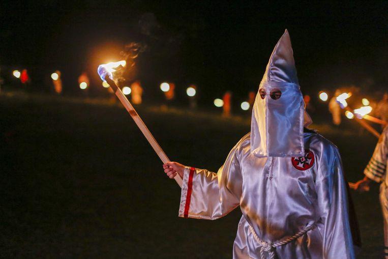 Een KKK-lid bij een ceremonie van de groepering