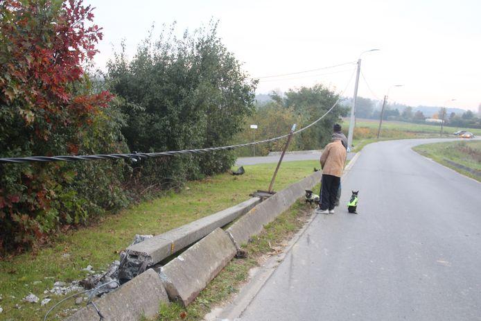 De brandweer legde de paal aan de kant van de weg.