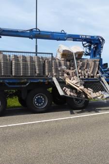 Vrachtwagen verliest straatstenen in Veghel