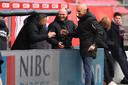 Thomas Letsch (rechts) viert de zege bij FC Utrecht met assistent Joseph Oosting (midden) en keeperstrainer Rein Baart (links).