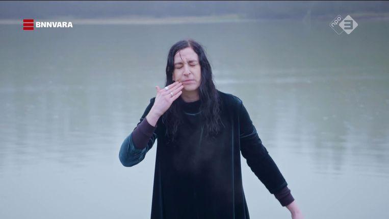 Om te ervaren wat het betekent een heks te zijn laat Ryanne van Dorst  zich dopen. Beeld BNNVARA