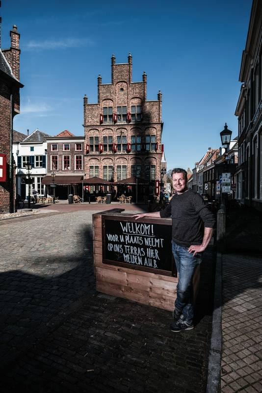 Roy Kappert van De Waag, het oudste horecapand in Nederland. Wie het terras van de Doesburgse horecagelegenheid wil bezoeken, moet zich melden bij de desk.