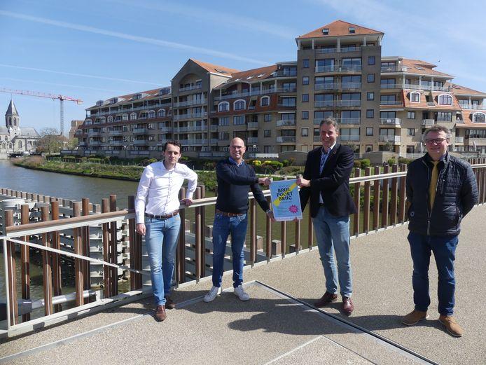 Centrummanager Djaro Colpaert, schepen van Evenementen Bruno Dhaenens, burgemeester Jan Vermeulen en schepen van Lokale Economie Filip Vervaeke op de Brielpoortbrug.