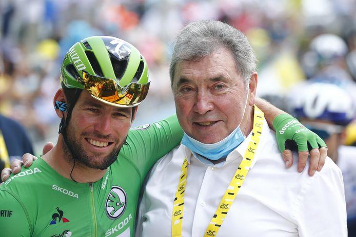 Mark Cavendish (l) poseert tijdens de Tour de France met Eddy Merckx.