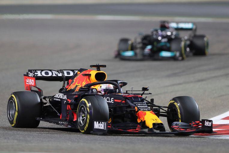 Max Verstappen gevolgd door Lewis Hamilton. Beeld AP