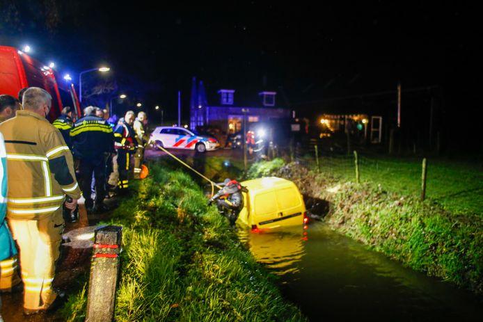 Hulpdiensten bij de in het water gecrashte bus aan de Haaswijkweg Oost.