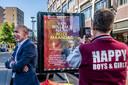 Op billboards in de stad wordt met behulp van portretten van Tilburgers uit de LHBTI-gemeenschap bekendheid gegeven aan het boek van Luc Brants. In dit geval, op de Heuvelring, is de schrijver zelf te zien. Wethouder Rolph Dols (CDA, emancipatiezaken, links) onthulde woensdag het bord.
