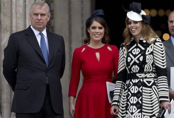 Prins Andrew naast zijn dochters Eugenie en Beatrice