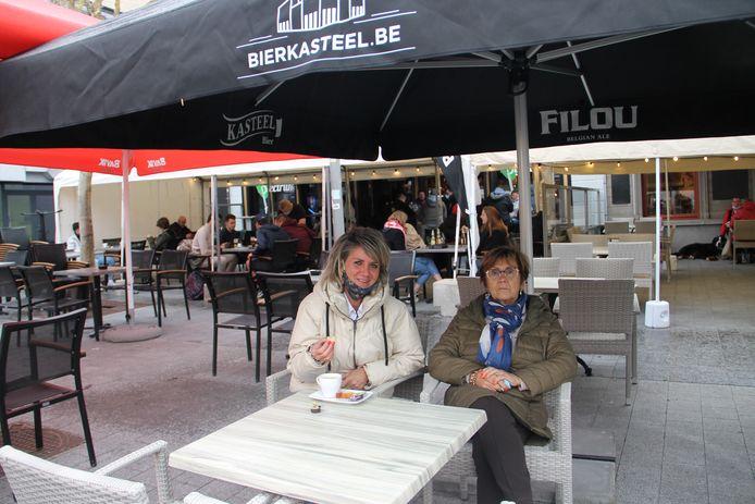 Katrien en mama Marie-Jeanne genieten van een koffietje op het terras van Oud Iseghem.