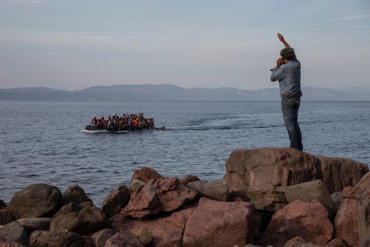Vluchtelingen komen aan op Lesbos. Beeld AP