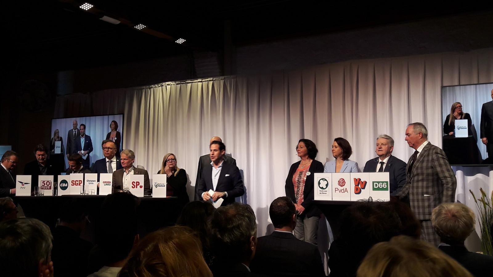 Zeeuws ondernemersdebat in de Dow-boerderij in Terneuzen met twaalf provinciale lijsttrekkers en gespreksleider Donatello Piras (midden).