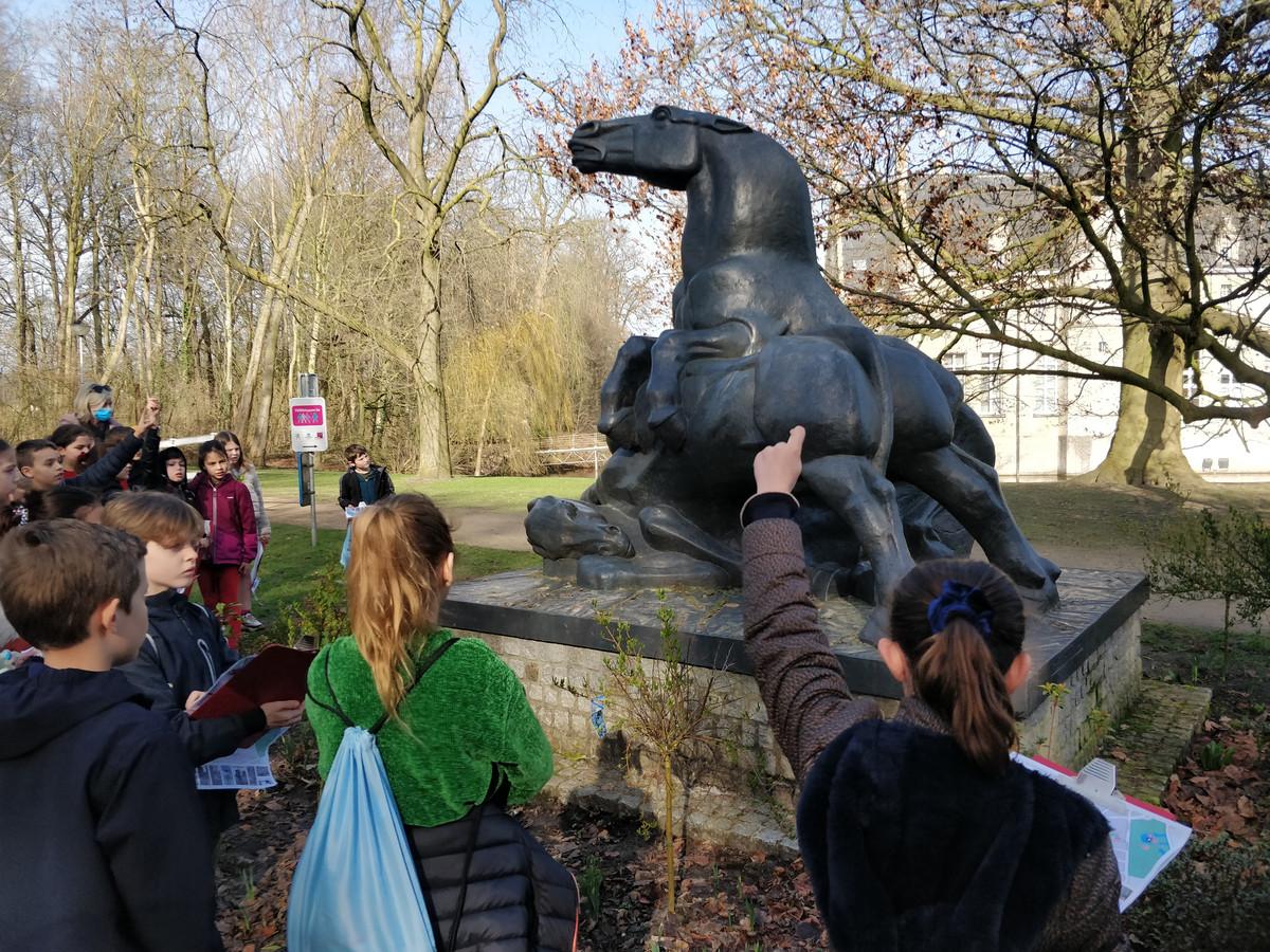 Kinderen worden uitgenodigd om zelf hun mening te geven over de vele kunstwerken in het straatbeeld.