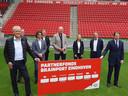PSV heeft een belangrijke rol gepakt als verbindende entiteit in de Brainport-regio. Dit kwam vorig jaar bijvoorbeeld tot uitdrukking met de oprichting van het 'Partnerfonds Brainport Eindhoven', dat een maatschappelijk doel heeft. Op de foto onder anderen de topmannen Peter Wennink van ASML (links) en Willem van der Leegte (VDL) rechts.