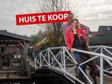 Dit 'kleine' maar tegelijkertijd grote huis mét eigen brug staat te koop: 'Dankbaar dat we hier wonen'