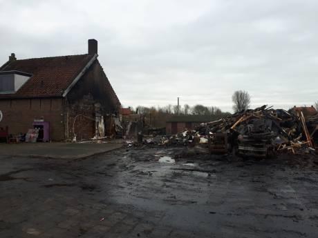 Veel schade na verwoestende brand bij Hof Keizersweel in Wemeldinge: 'Daar gaan we een tijdje niet kunnen wonen'