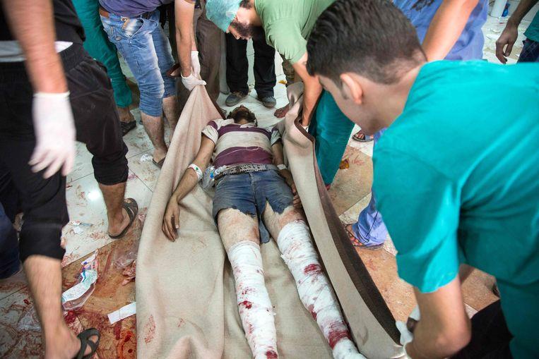 Een gewonde man wordt verzorgd in een geïmproviseerd ziekenhuis in Aleppo. Beeld AFP