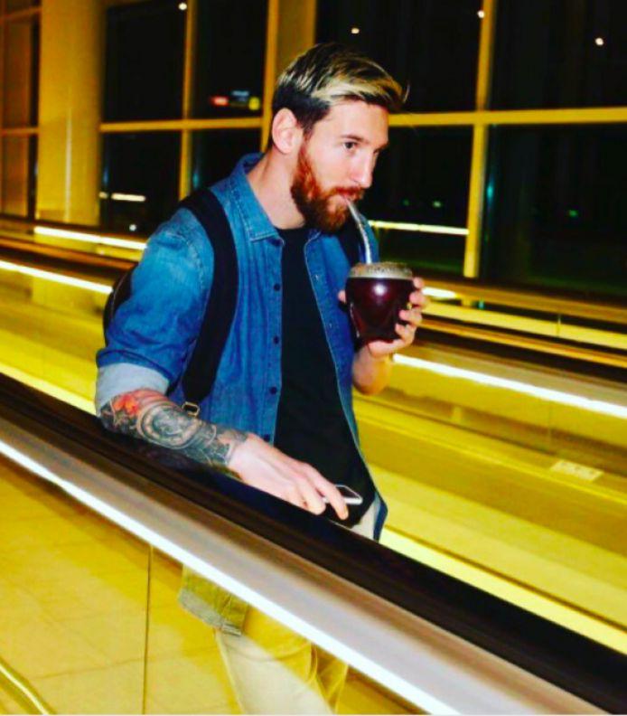 Zelfs op de luchthaven heeft Lionel Messi z'n beker mate bij - het is dan ook de nationale drank van Argentinië.