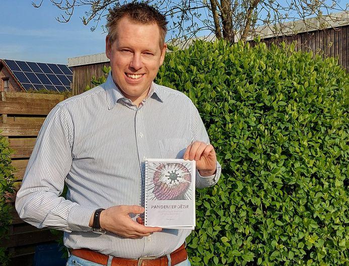 Mollenaar Dirk Smets toont trots het manuscript van zijn dichtbundel 'Pandemiepoëzie'.