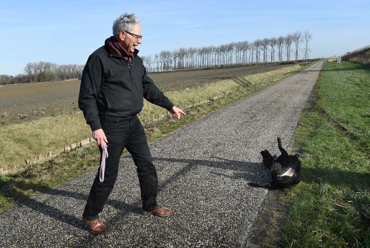 Gary Yanover, de man achter het burgerinitiatief tegen de hondenbelasting, laat Luna uit, de hond van zijn dochter.  Beeld Marcel van den Bergh