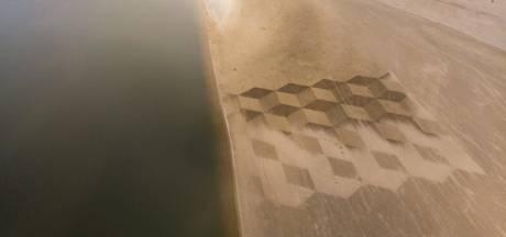 Haagse kunstenaar Nico Laan maakt kunstwerk op de zandmotor van tientallen meters breed