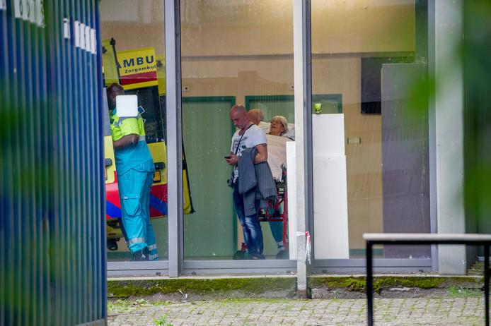 Ambulances hebben de patiënten, soms onder begeleiding van familieleden, naar andere ziekenhuizen verplaatst.